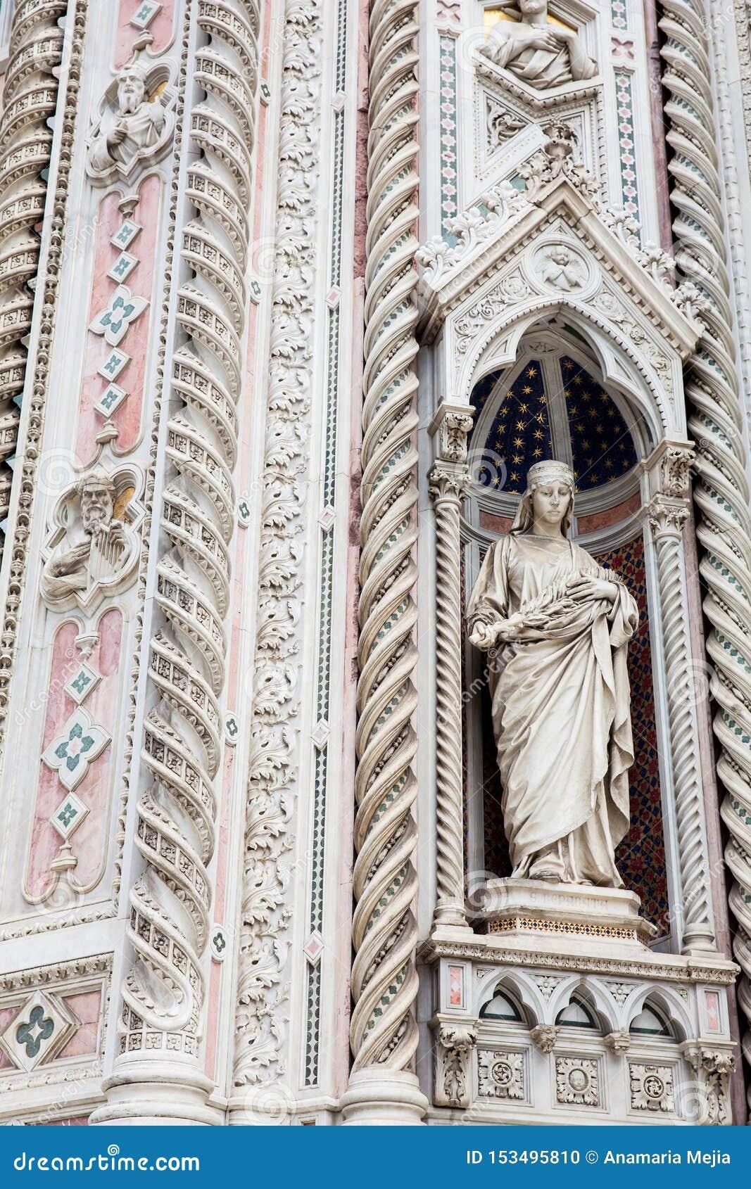 A estátua na fachada de Florence Cathedral chamou formalmente di Santa Maria del Fiore de Cattedrale consagrou em 1436