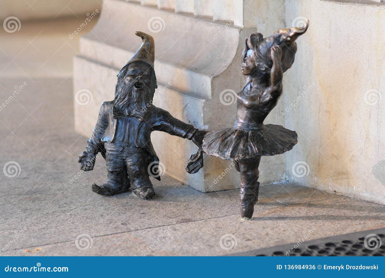 Estátua pequena do gnomo 'de Balerina 'do anão no mercado em Wroclaw