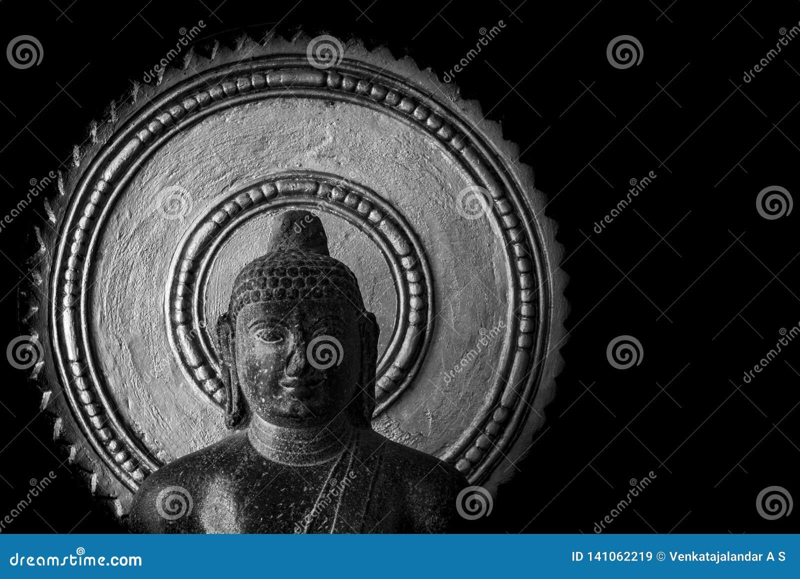 Estátua velha da Buda cinzelada na pedra - museu de Thanjavur