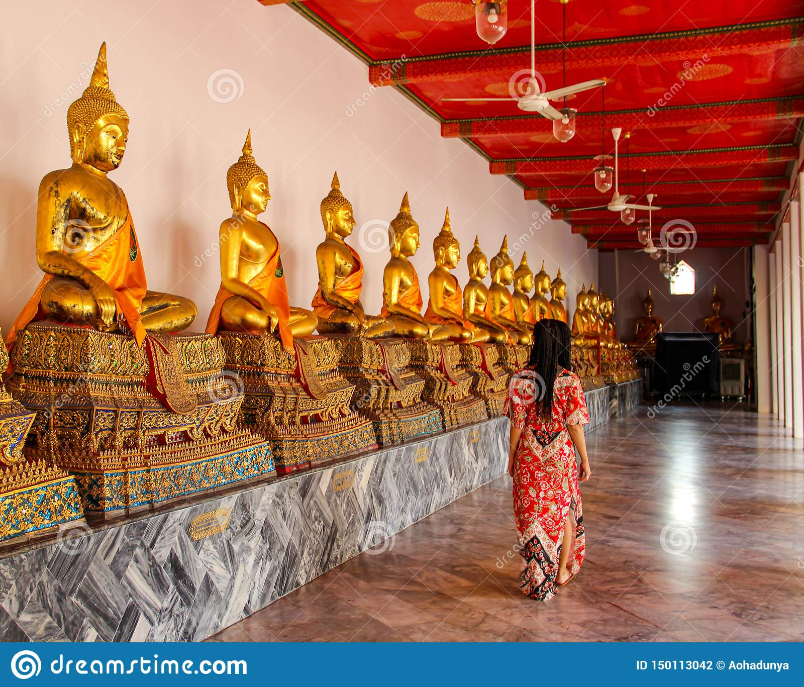Estátuas budistas no templo budista em Banguecoque