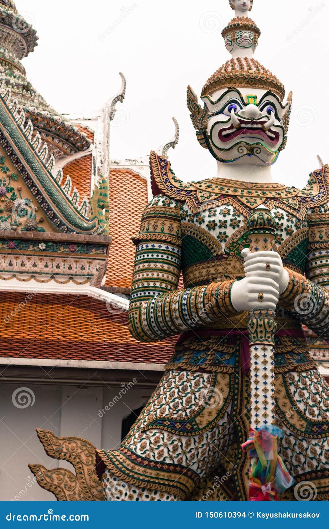 Estátuas de pedra de guerreiros míticos no templo do arun Banguecoque Tailândia do wat