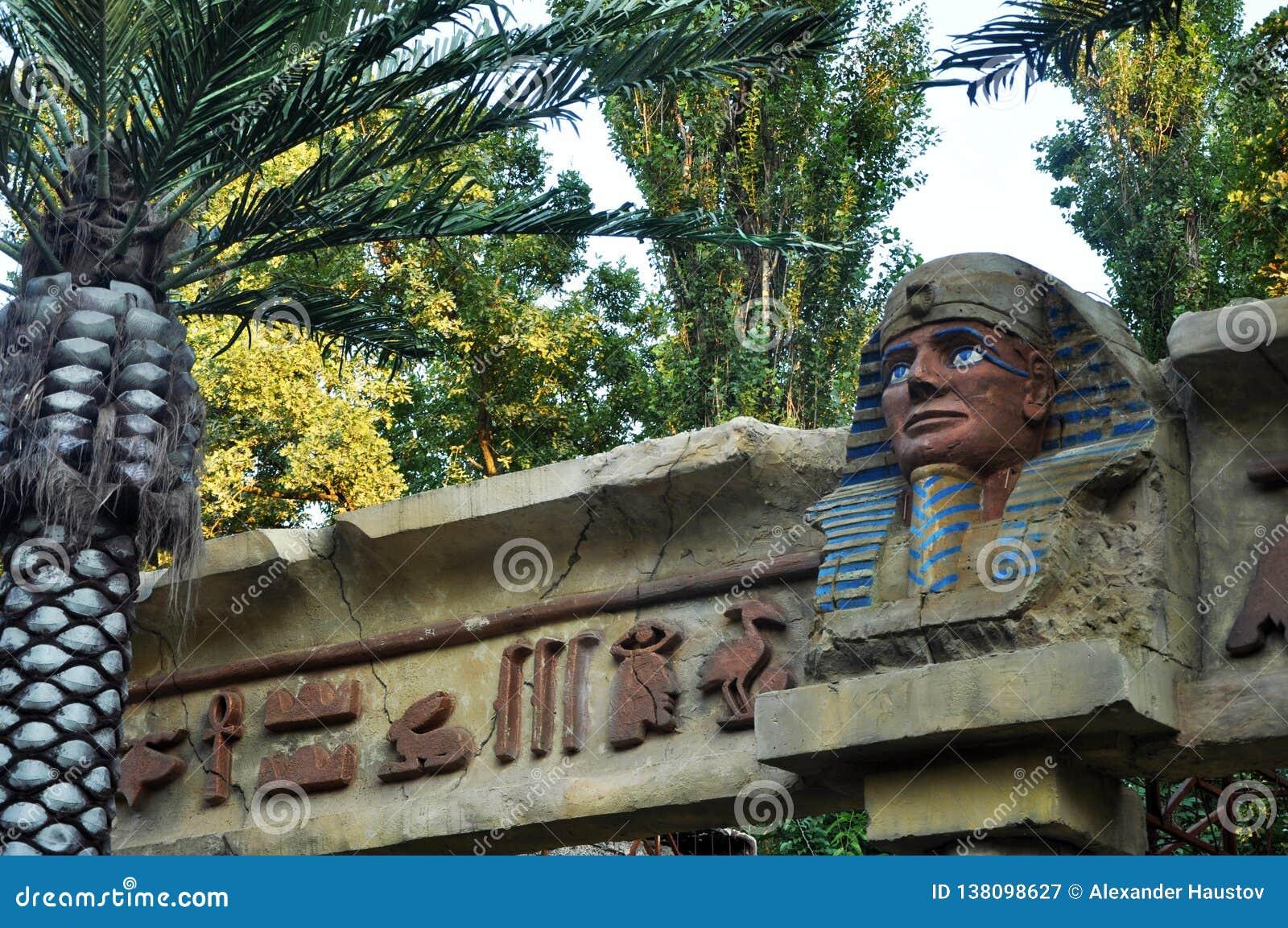 Estátuas e palmeiras egípcias cenário