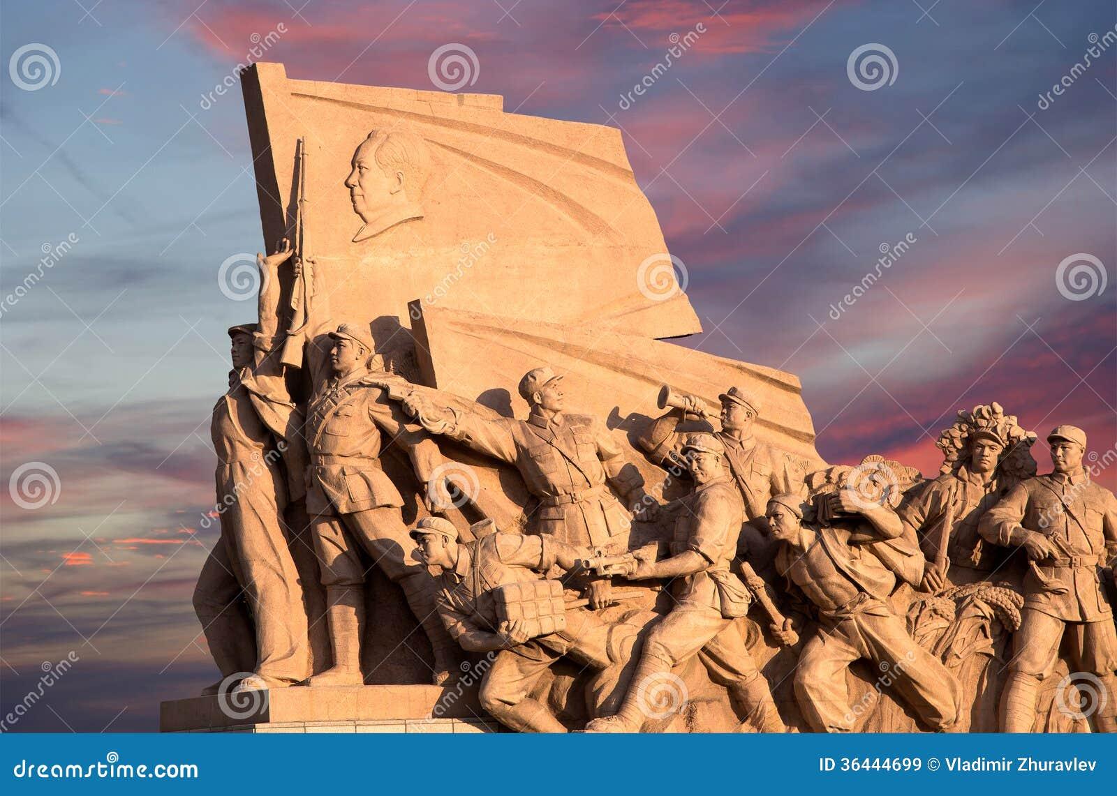 Estátuas revolucionárias na Praça de Tiananmen no Pequim, China