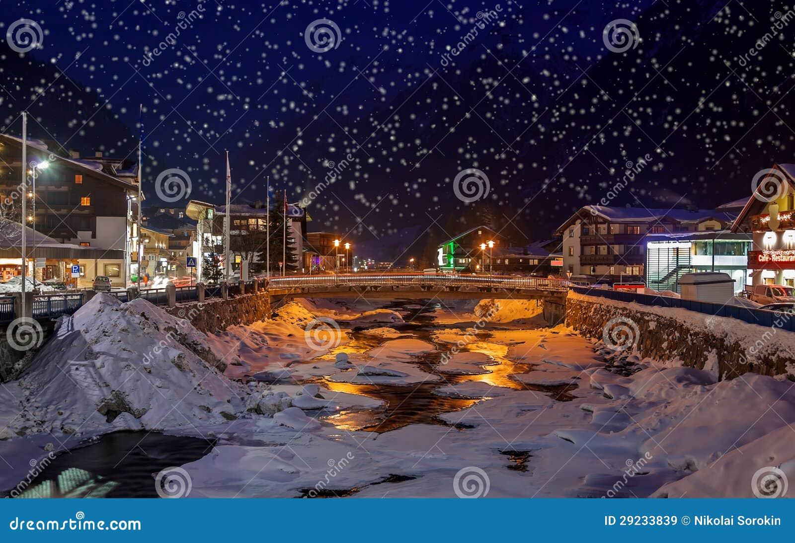 Download Estância De Esqui Solden Áustria Das Montanhas No Por Do Sol Imagem de Stock - Imagem de luzes, esqui: 29233839