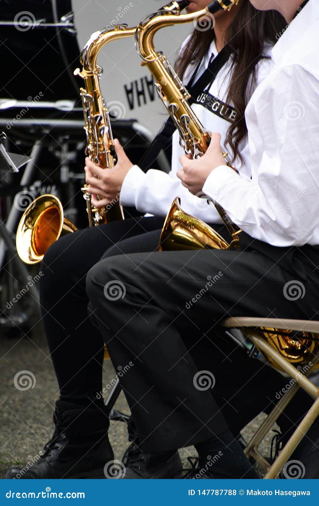 Estão jogando o saxofone de conteúdo