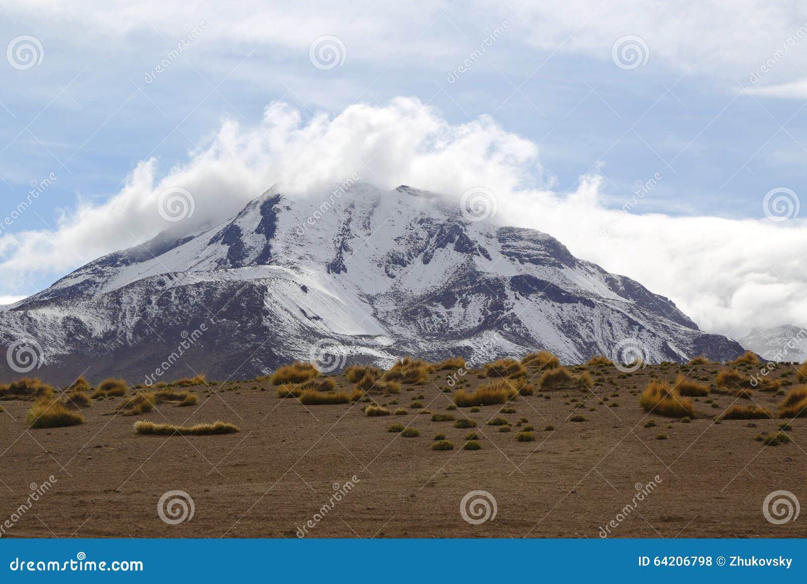 Esté en la luna el la Luna Landscape del valle o de Valle de con los volcanes en el desierto de Atacama