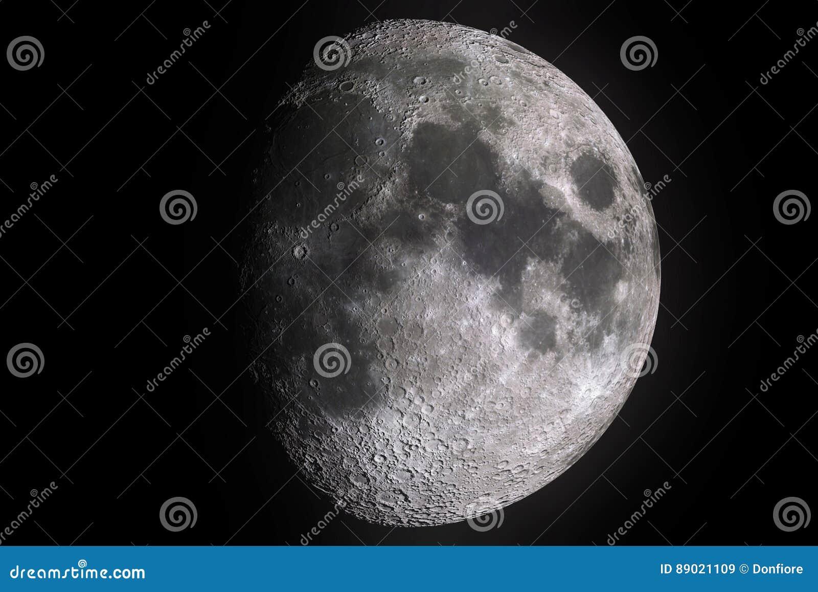 Esté en la luna las fases con la sombra ligera de la superficie de la luna con el cráter en fondo, el universo y la ciencia negro