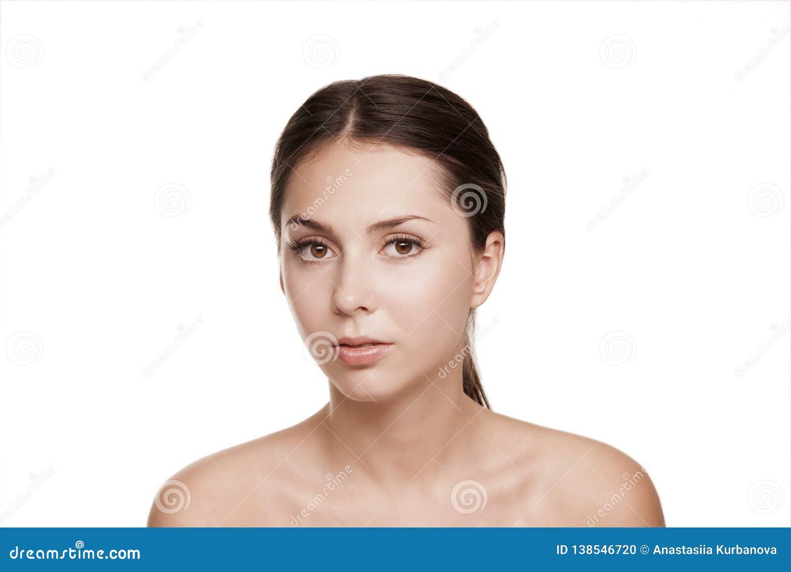 Estúdio bonito da cara da mulher no branco, cosmetologia dos termas