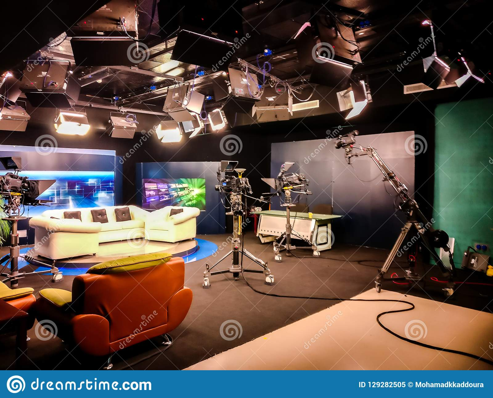 Estúdio da televisão com câmera, luzes e treinador para a entrevista para o programa televisivo de gravação - colagem de uma comu