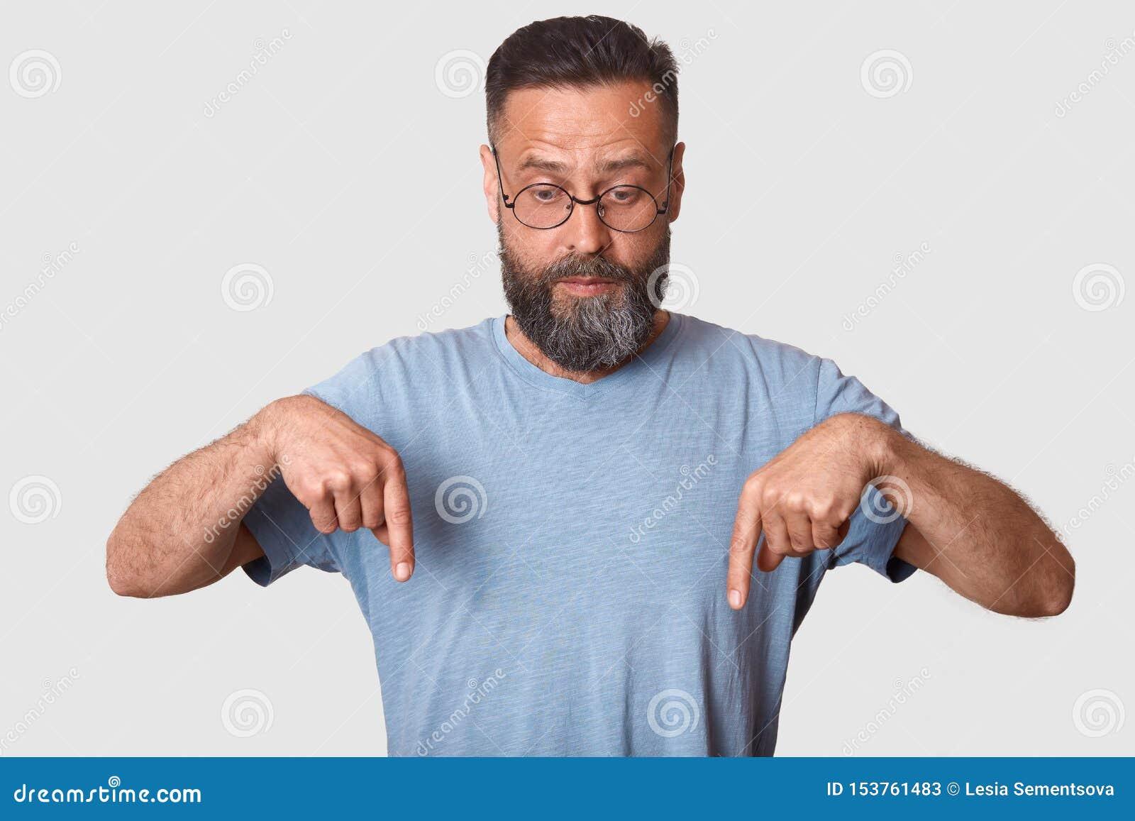 Estúdio disparado do modelo carismático considerável, da camisa ocasional azul vestindo de t e de monóculos redondos, tendo a bar