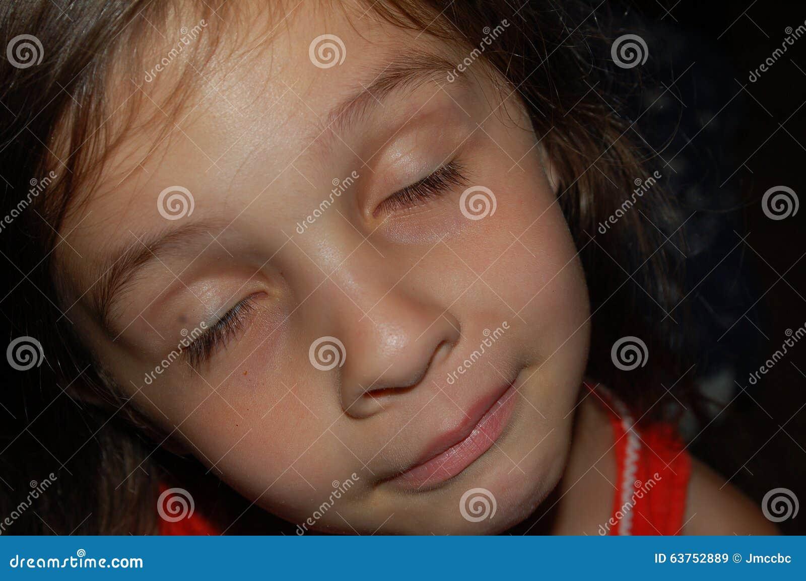 Jeune fille endormie, coveredup Tlcharger des Photos