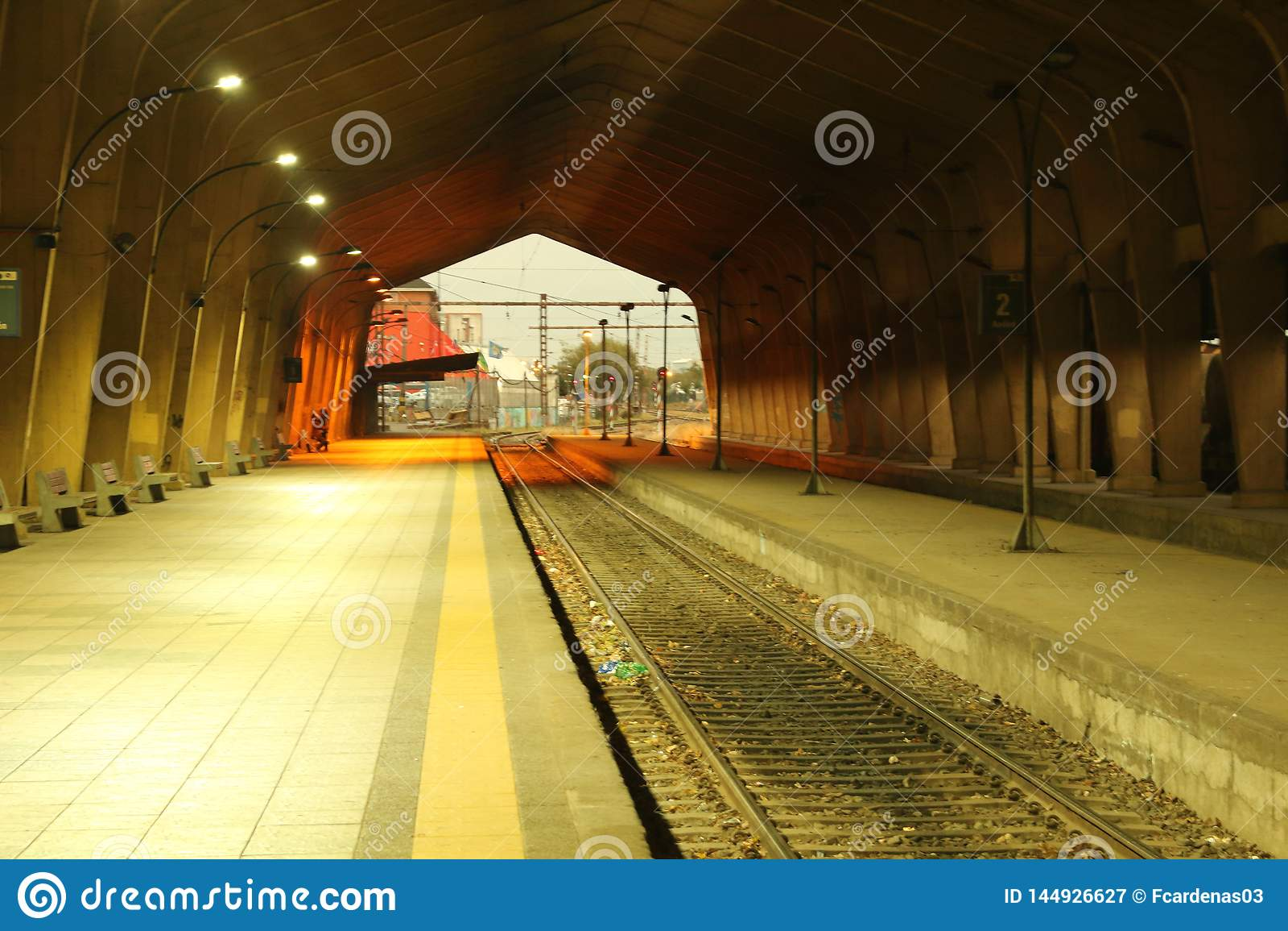 Estação de caminhos de ferro vazio, trens de espera que nunca retornarão