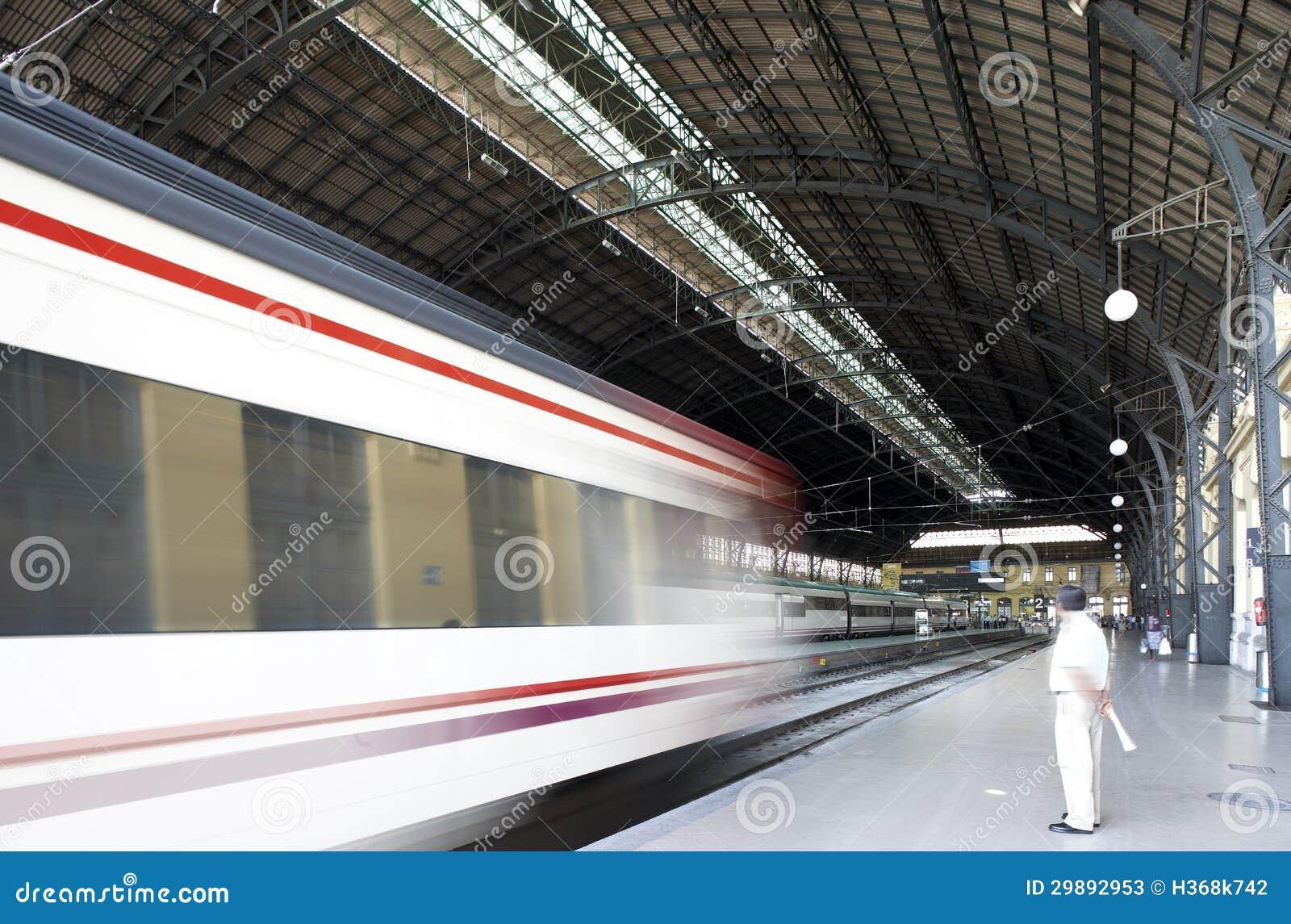 Estação de comboio com plataformas