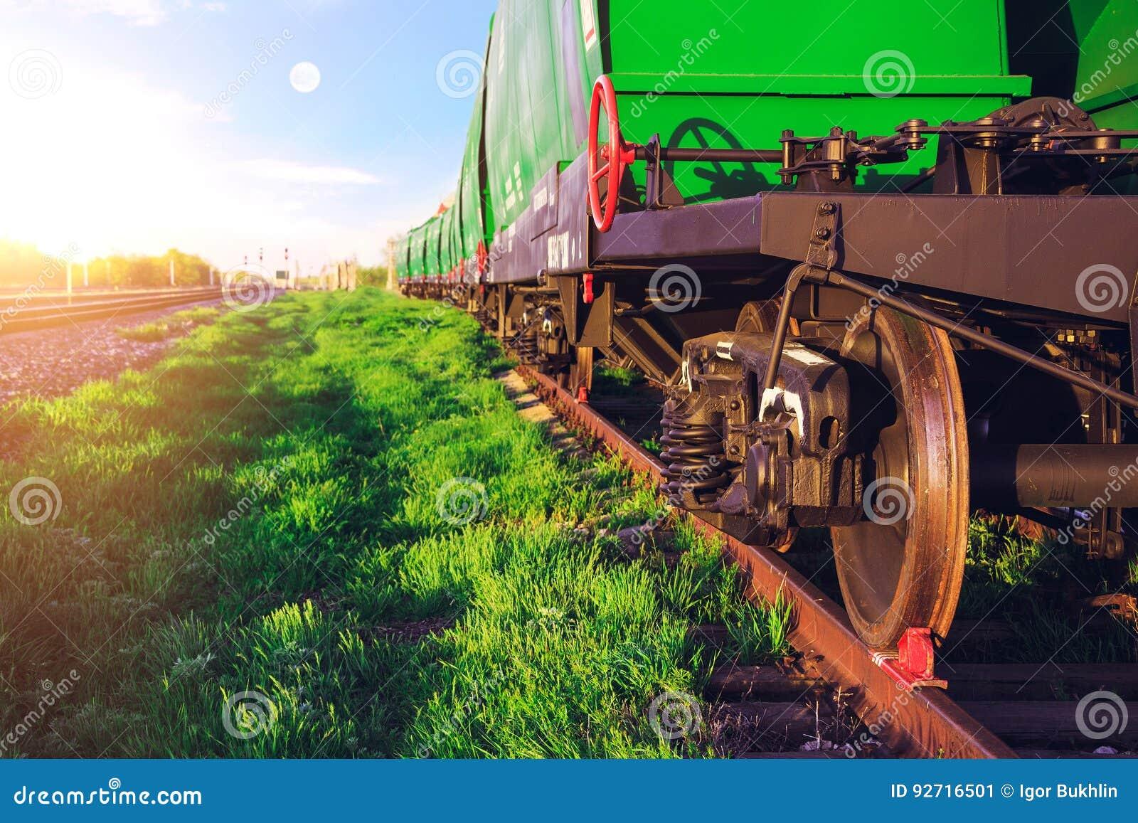 Estação de comboio no por do sol Curso pelo trem Transporte de trilho