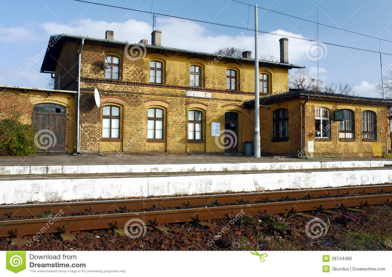 Estação de comboio pequena, velha