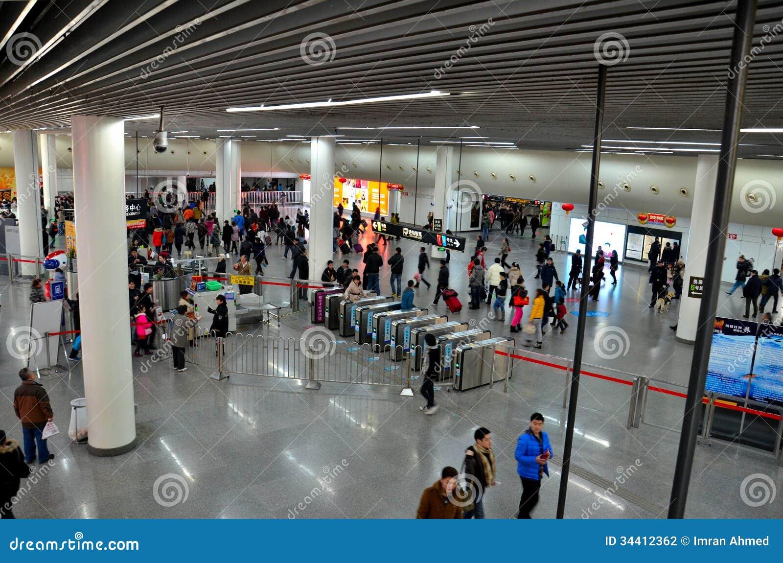 A estação de metro quadrada do pessoa contadores Shanghai aglomera-se e da segurança, China