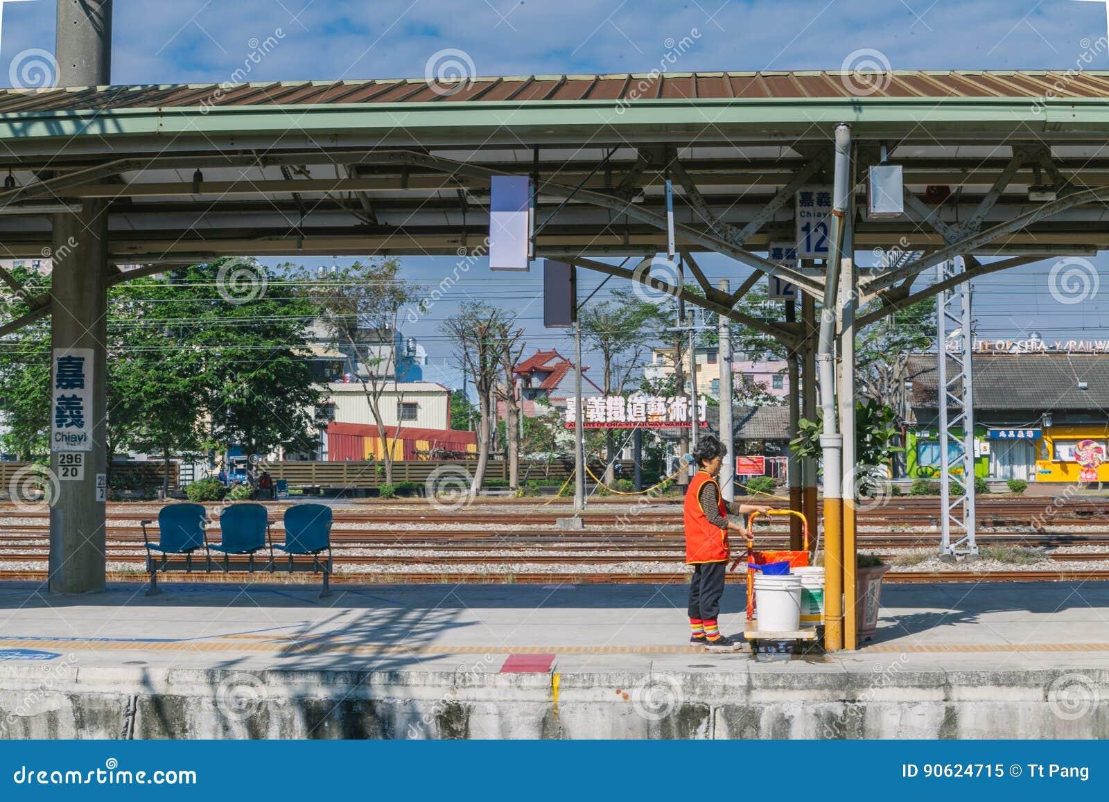 Estação de Taichung, uma estação de trem de taichung a Alishan na estrada de ferro de Taiwan em um dia ensolarado com um pessoal