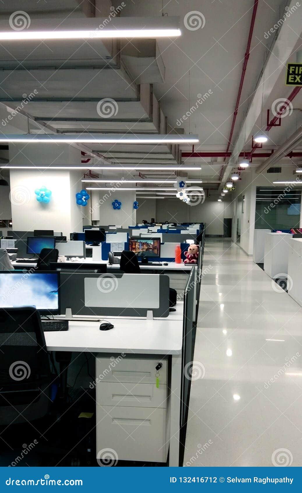Estação de trabalho com passeio de uma empresa da tecnologia da informação