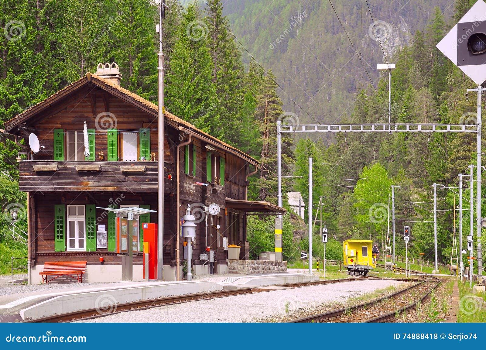 Estação de trem na floresta da montanha