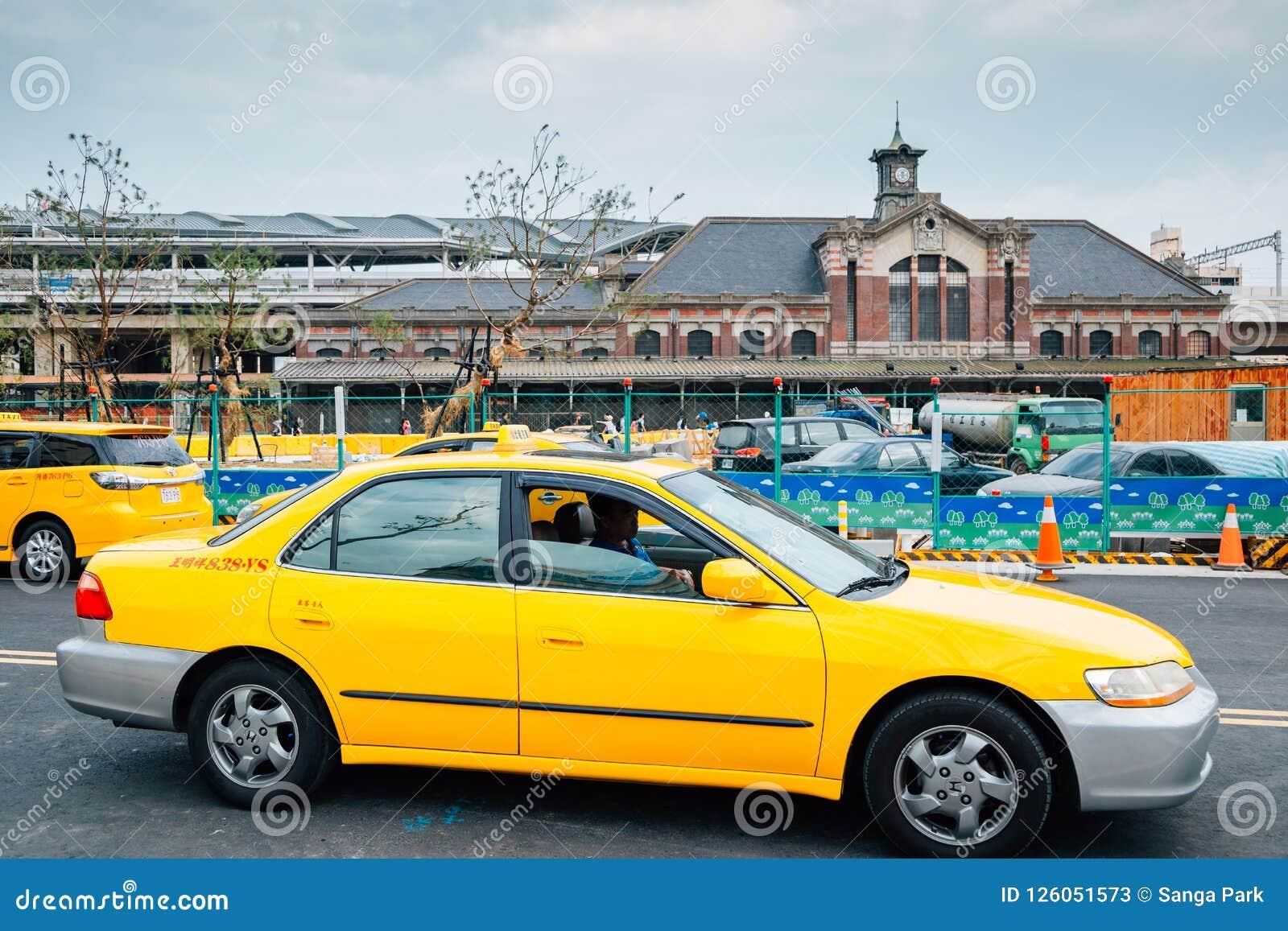 Estação de trem velha de Taichung e táxi amarelo em Taiwan