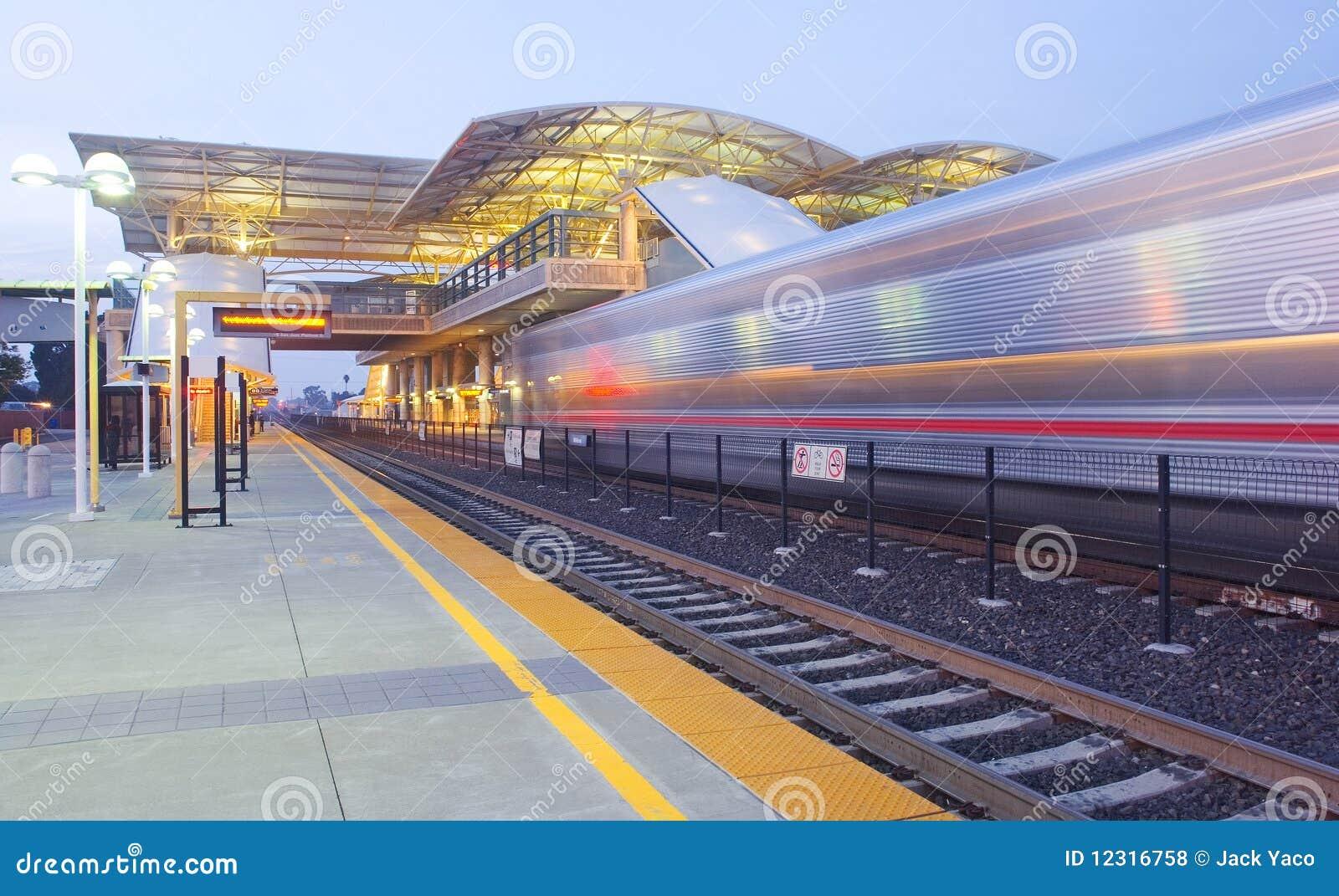 Estação e comboio da periferia de trânsito rápido