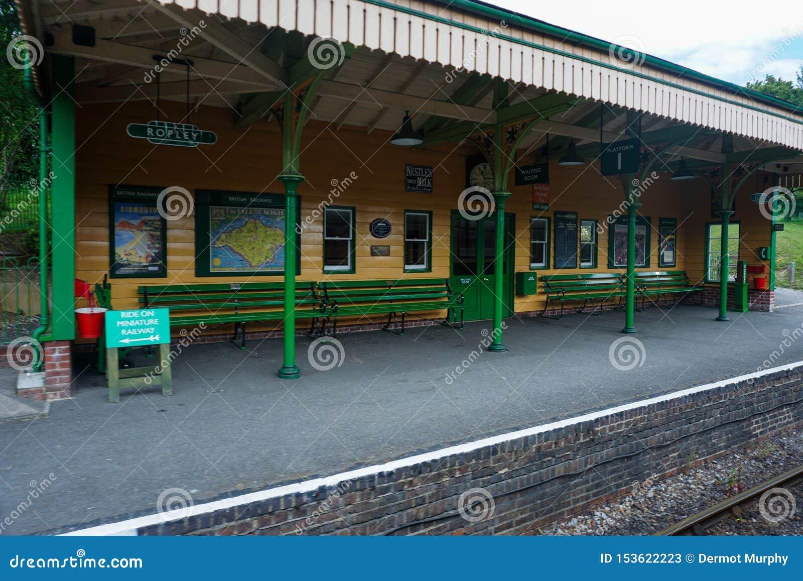 Estação meados de Ropley da estrada de ferro do vapor de Hants