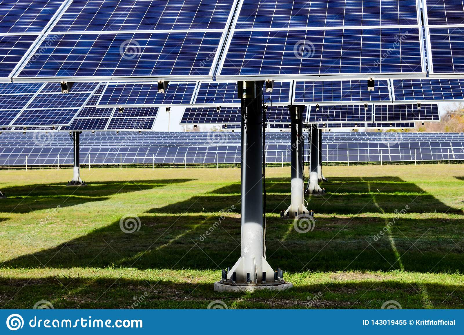 Estação solar grande em um dia claro