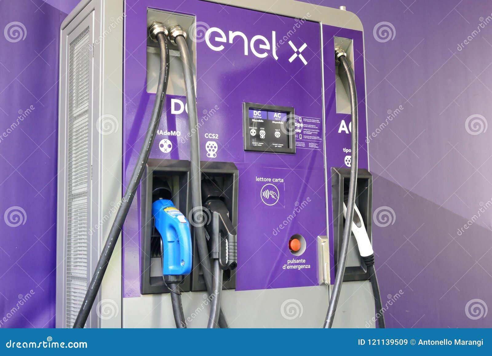 Estación de carga multi pública del Enel X con diversos zócalos y los poderes