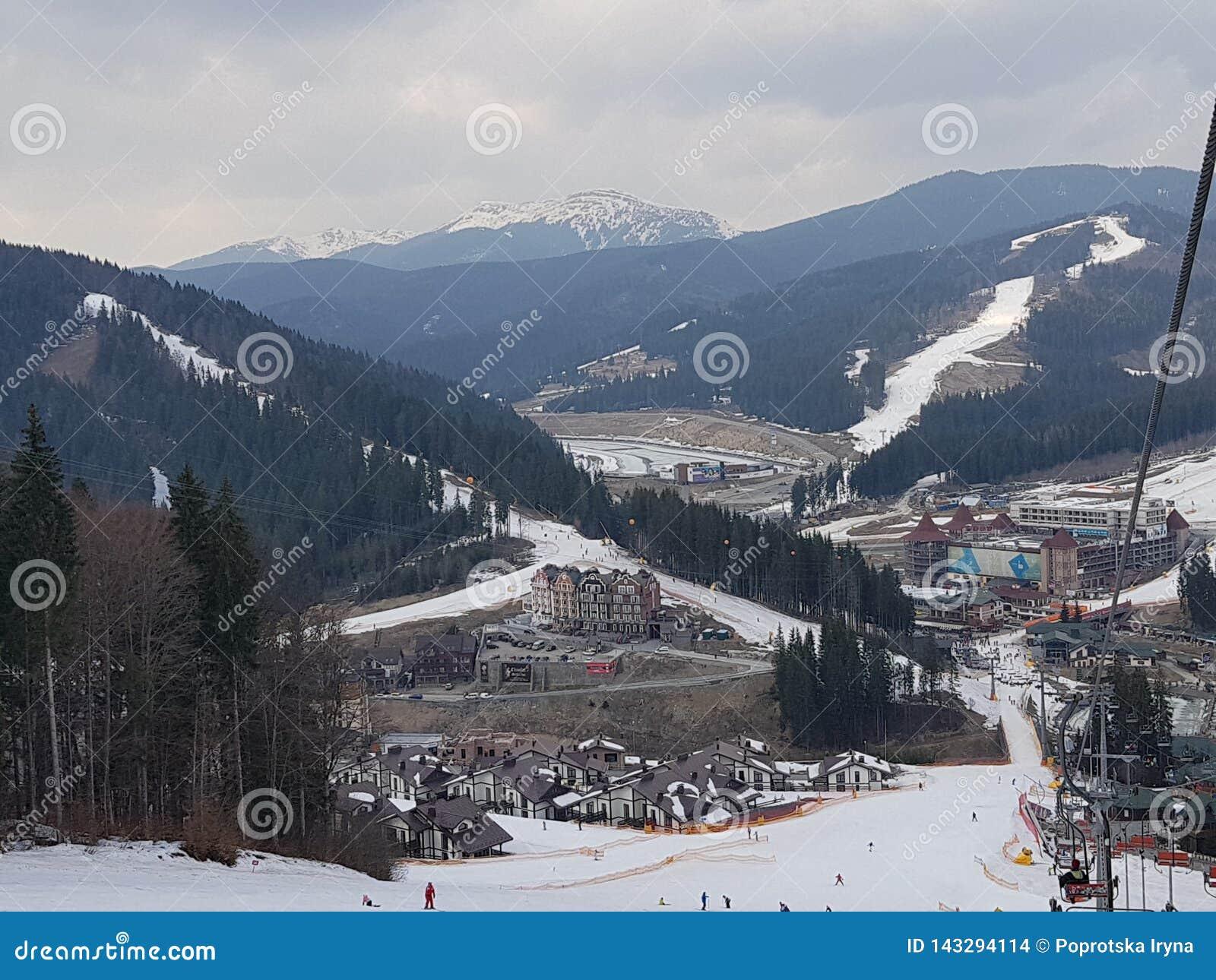 Estación de esquí de Bukovel, visión desde la elevación