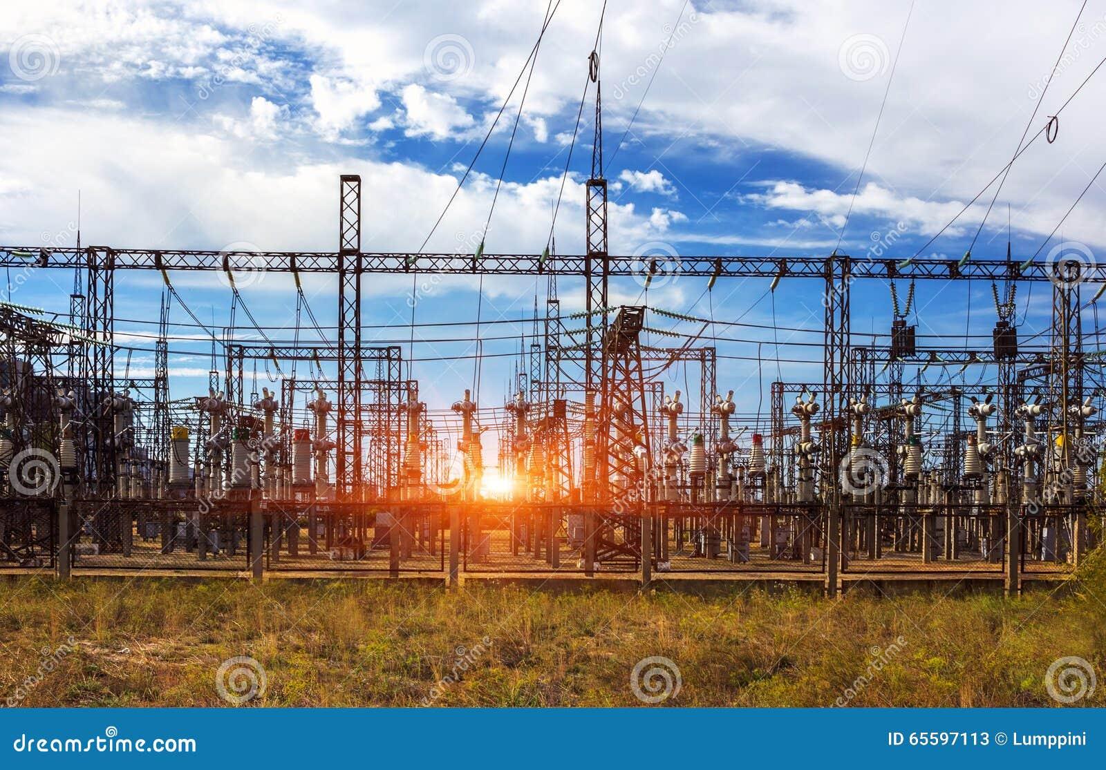 Estación de la distribución eléctrica, transformadores, línea de alto voltaje