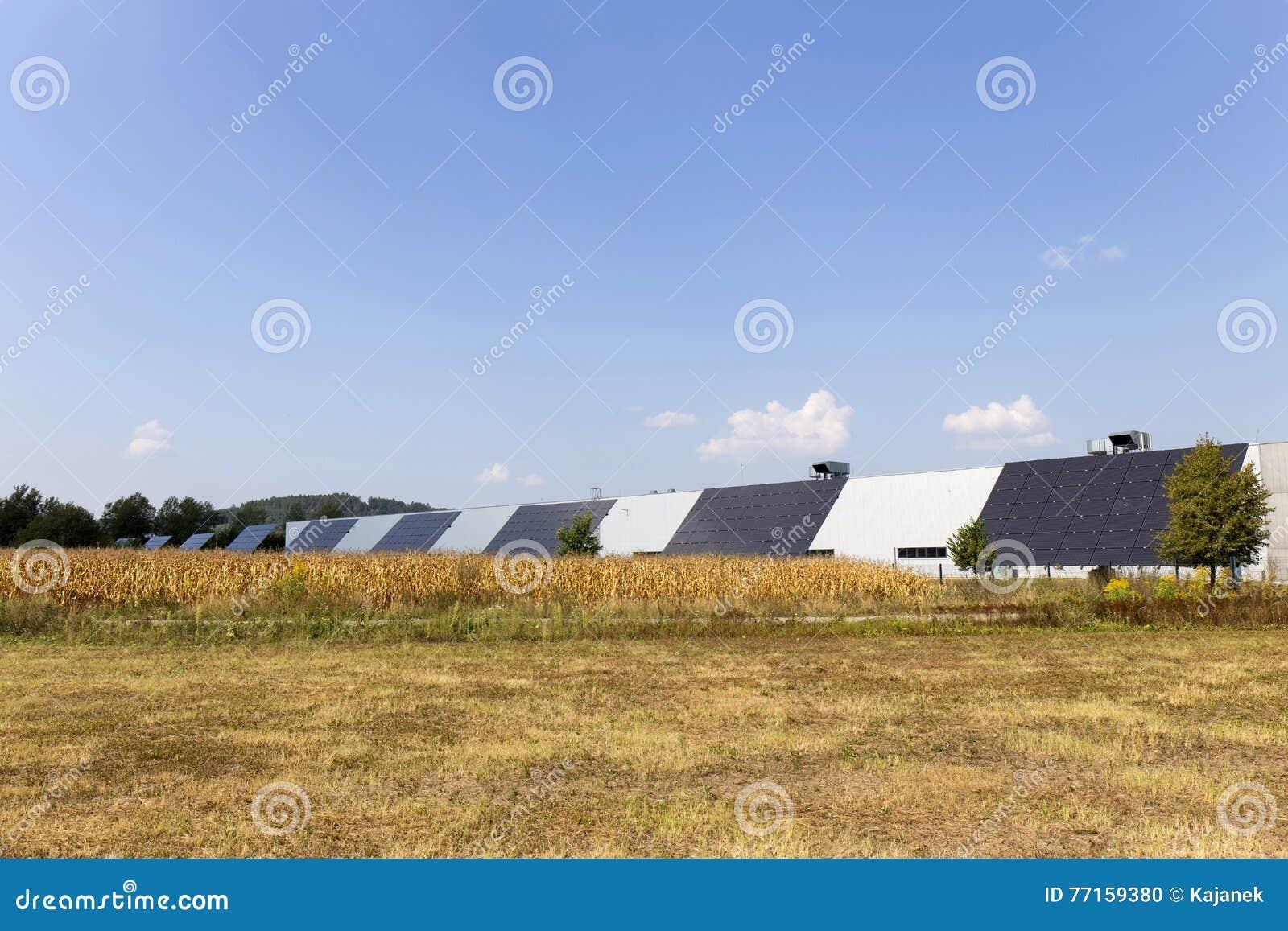 Estación de la energía solar en el prado del verano