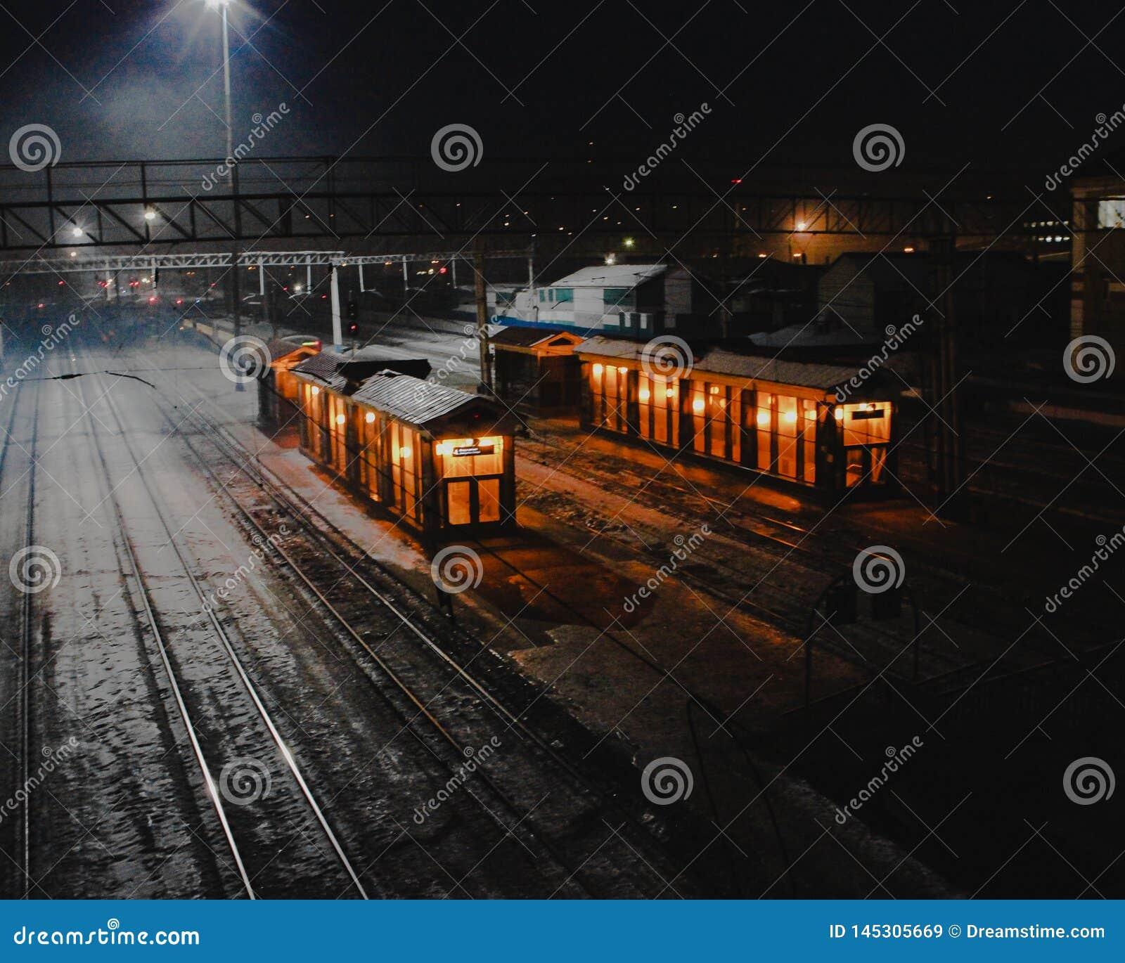 Estación de la noche en Rusia