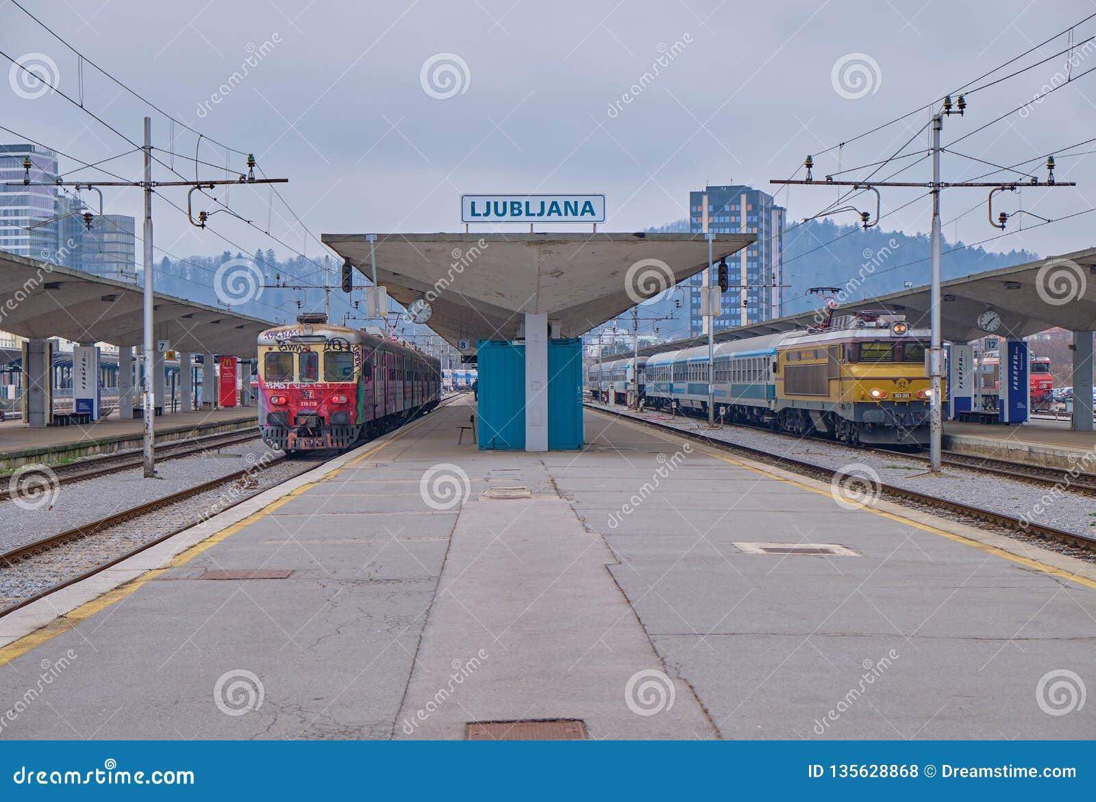 Estación de Ljubljana con los trenes