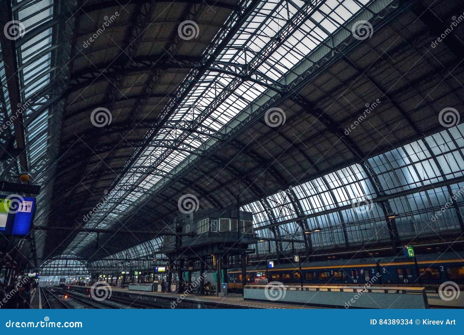 Estación de metro de Amsterdam con los elementos abiertos de la construcción del primer de la plataforma