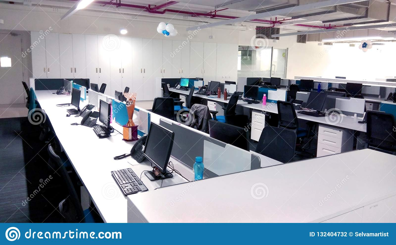 Estación de trabajo con los ordenadores una empresa de tecnología de la información