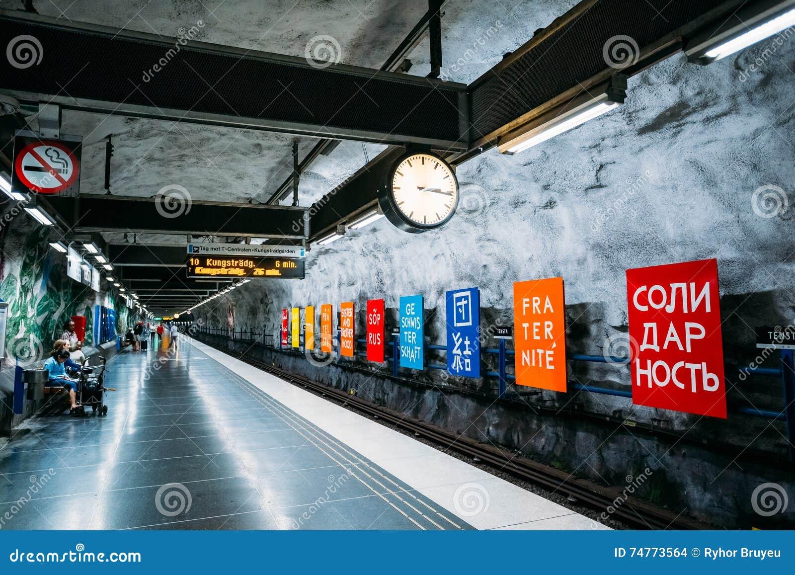 Estaci n de tren del metro de estocolmo en colores azules - Metro de estocolmo ...