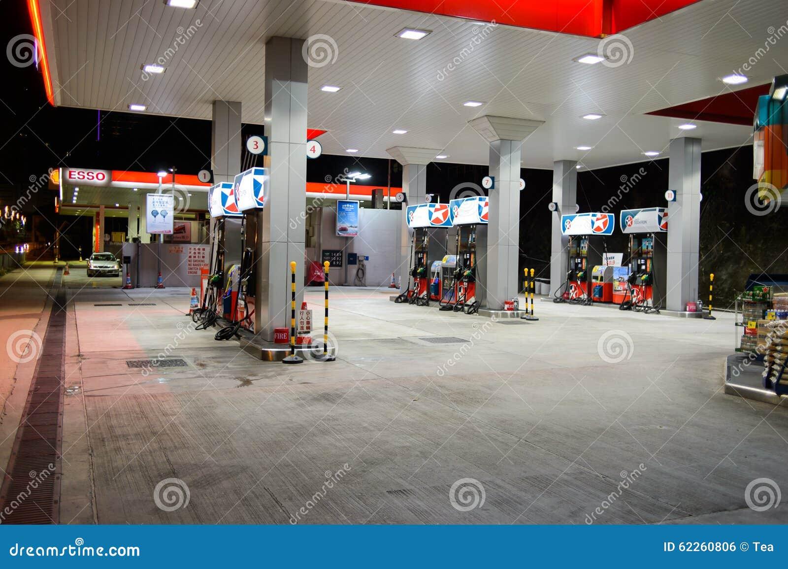 Estación del combustible en la tarde
