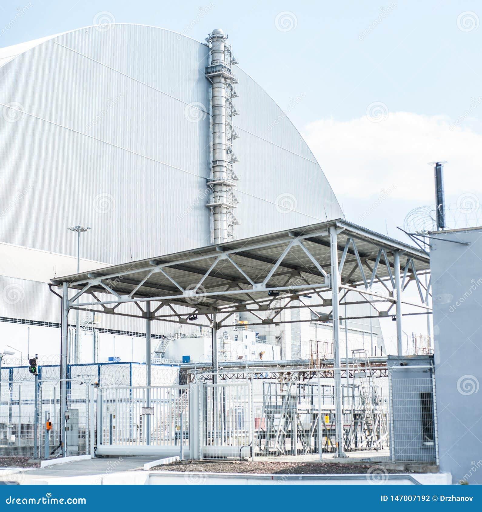 Estación nuclear de Chernóbil, 4ta unidad de poder con el sarcófago en el tiempo soleado