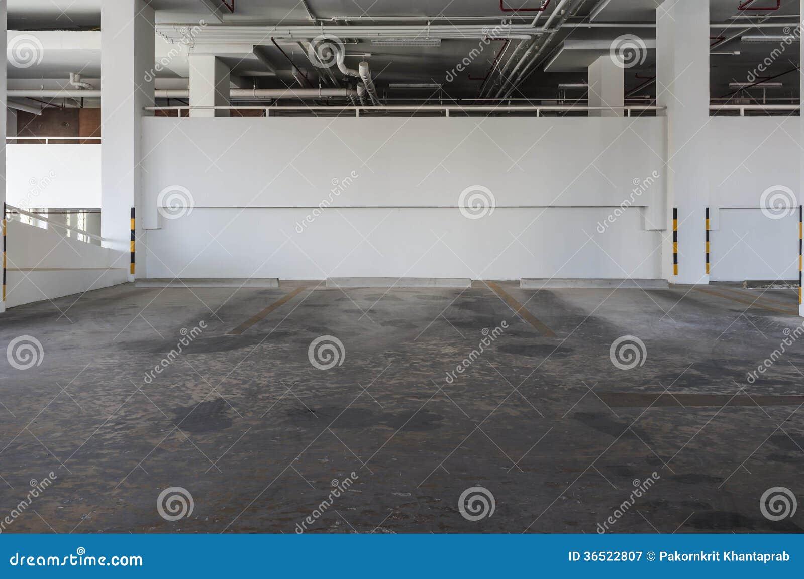 Estacionamento da construção do condomínio
