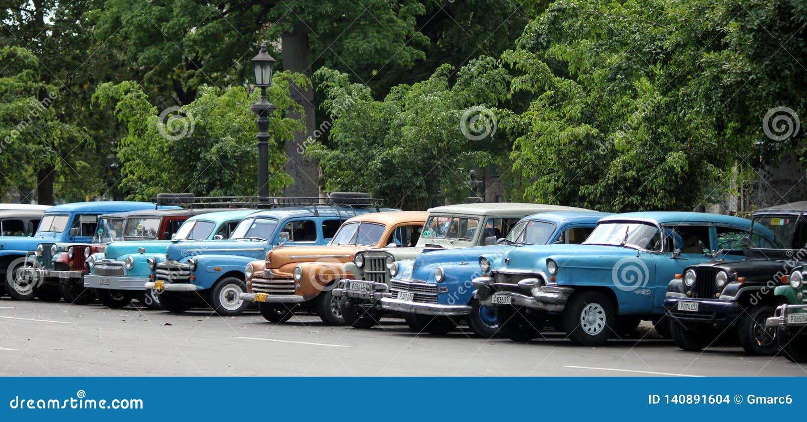 Estacionamento de Cuba completo de velhos, carros do vintage