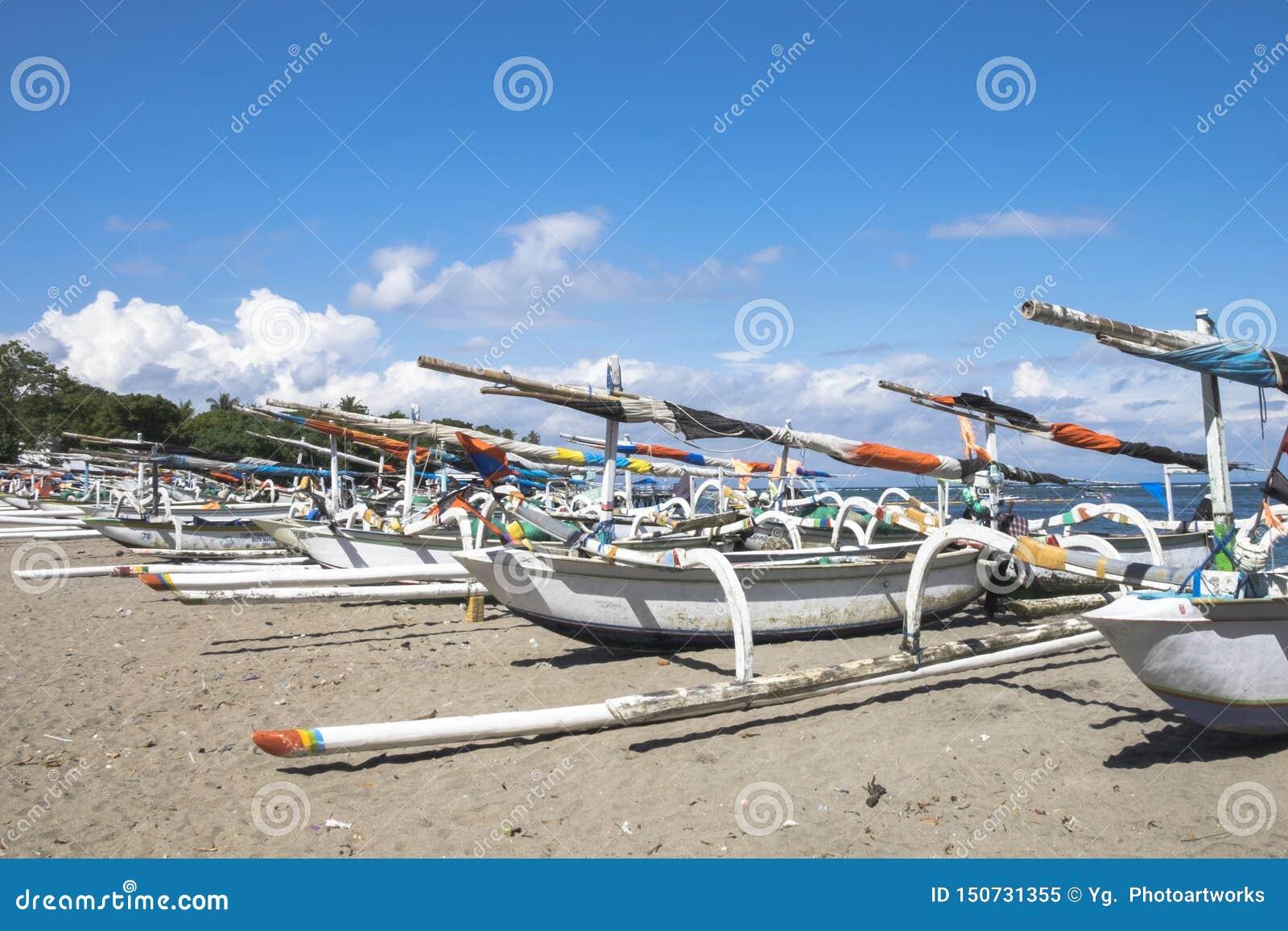 Estacionamento tradicional dos barcos de pesca na praia de Senggigi