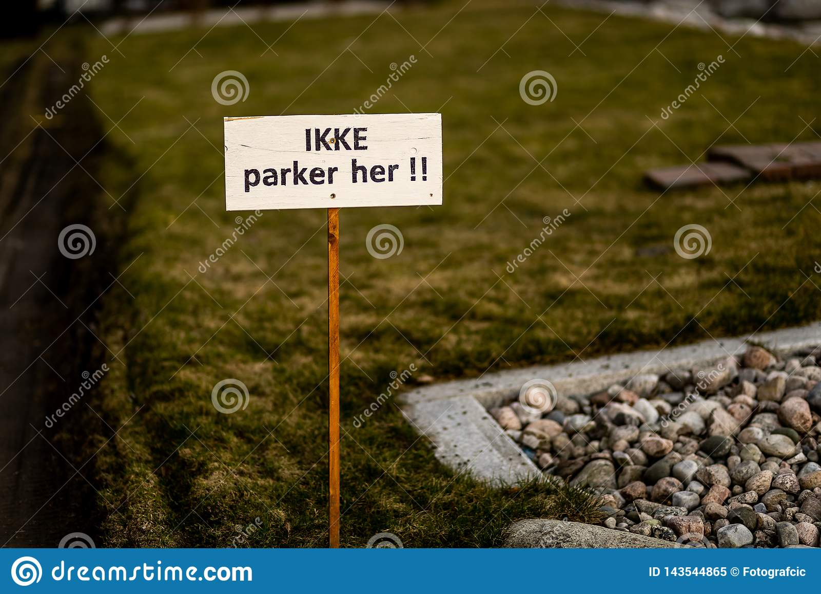 Estacionamiento prohibido Sandefjord, Vestfold, Noruega - estropea 2019: monumento para los marineros delante del sjøman de la i