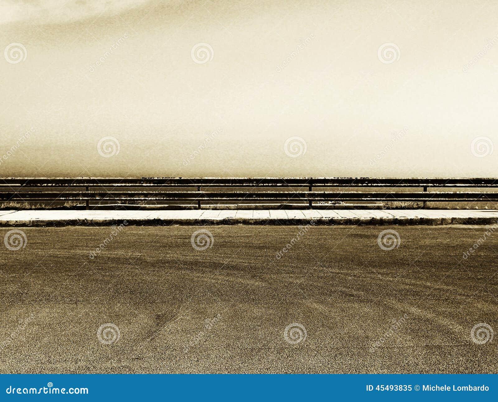 Estacionamiento vacío con la barandilla, tonalidad granosa de la sepia