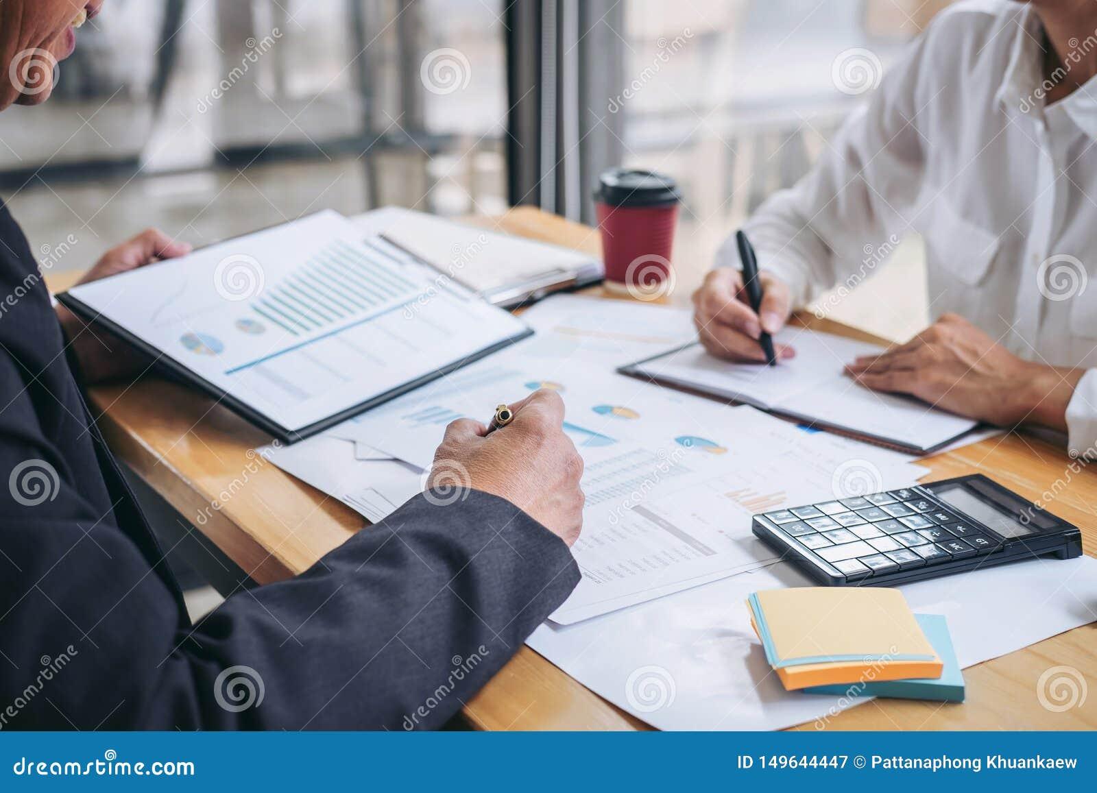 Estadísticas financieras de discusión y de planificación del equipo de dos negocios de la estrategia de la compañía del crecimien