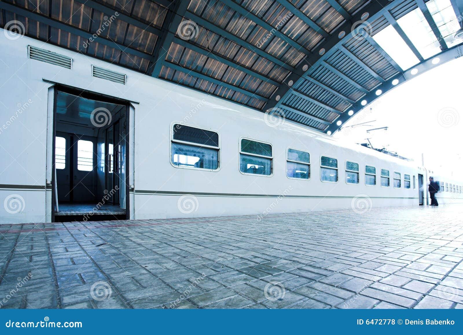 Estada do trem na plataforma molhada
