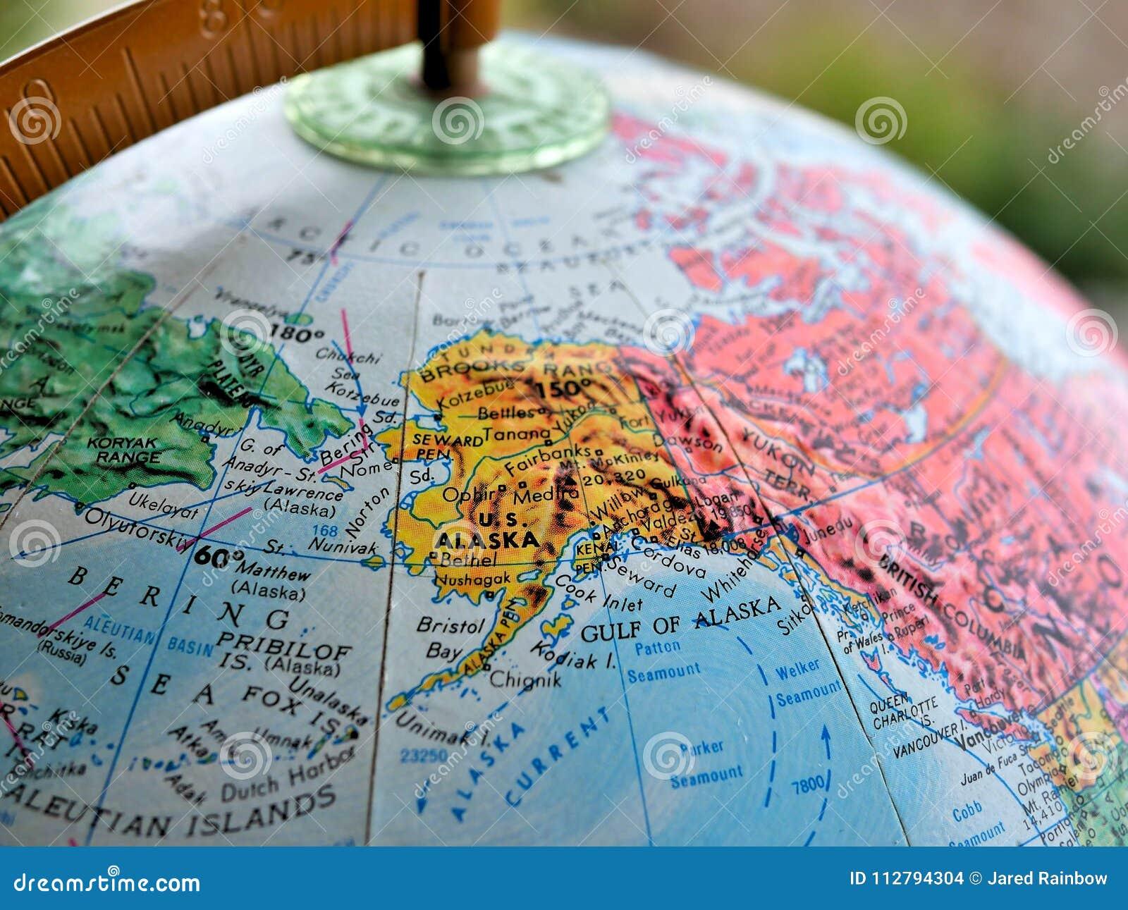 Estado de tiro macro do foco de Alaska no mapa do globo para blogues do curso, meios sociais, bandeiras do Web site e fundos