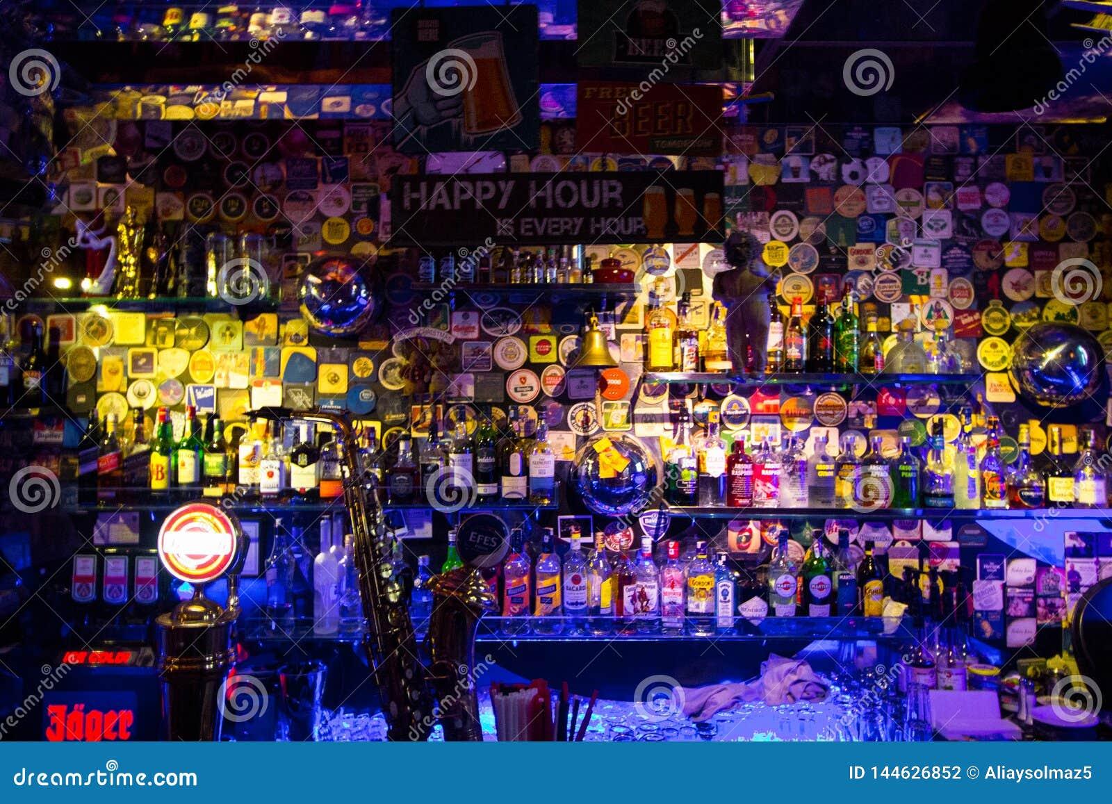 Estambul, Beyoglu/Turquía 04 11 2019: Casa de los azules, estante colorido de la barra del diseño