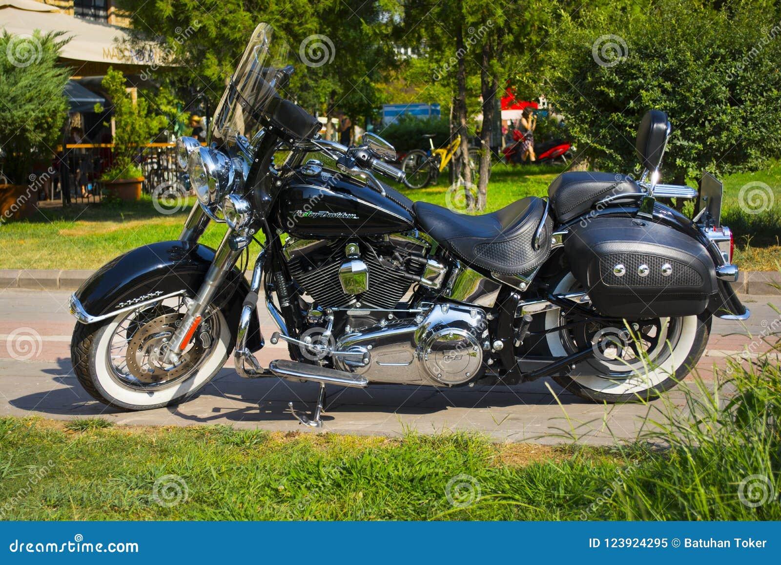 Estambul; TURQUÍA, el 8 de agosto de 2018: Motocicleta negra ligera a estrenar con la calle de Harley-Davidson Deluxe