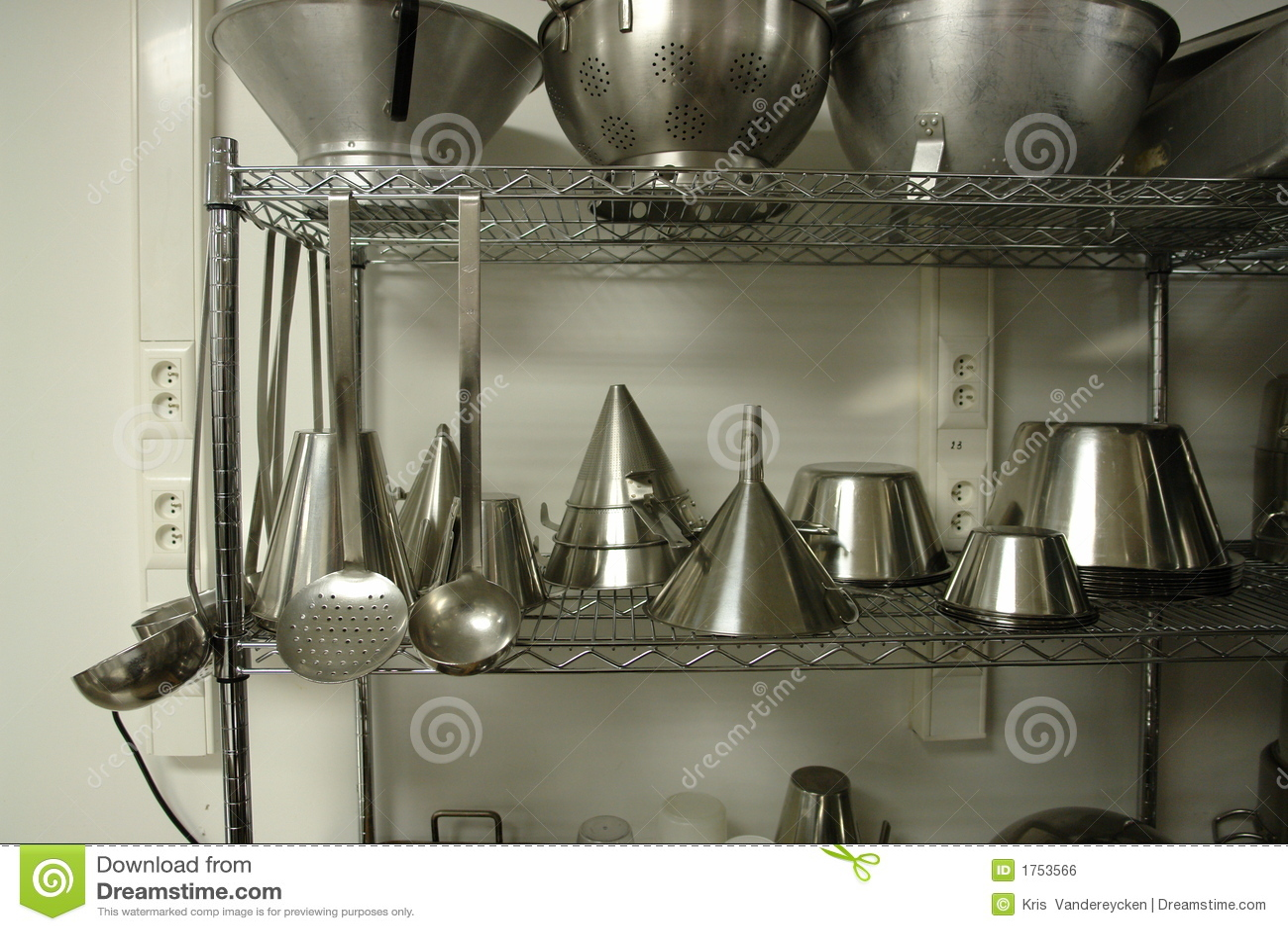 Estante con el profesional que cocina los materiales for Material de cocina profesional