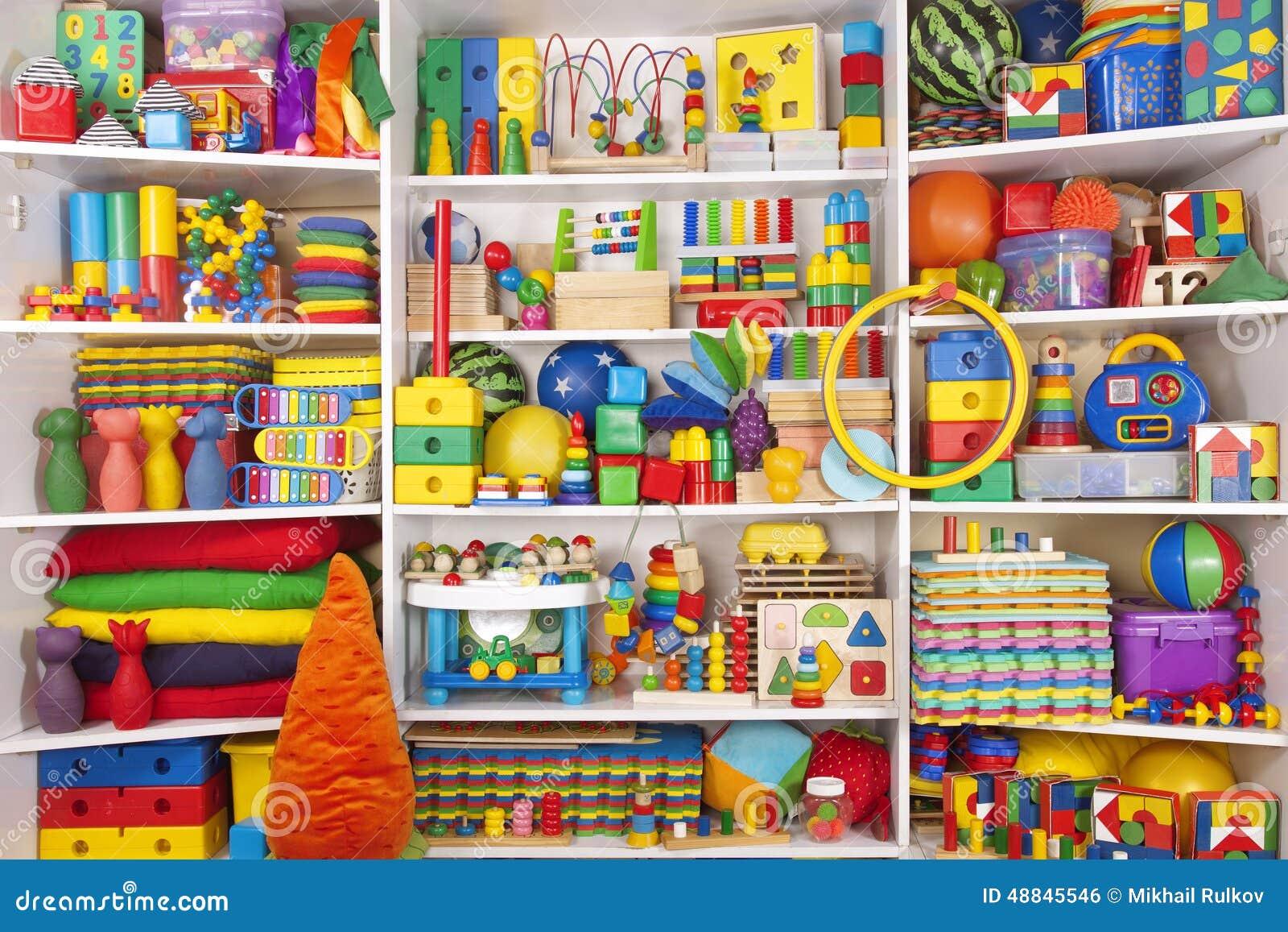 Estante con los juguetes foto de archivo imagen 48845546 - Estantes para juguetes ...